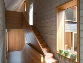 Обзор лестниц из лиственницы: плюсы и минусы конструкции