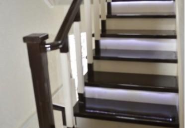 Лестница из лиственницы - темная тонировка