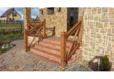 Заходные столбы из лиственницы для уличной лестницы